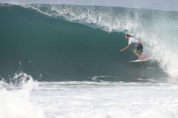 田中譲。 ハワイで鍛えたセンスは抜群。今回もでかいセットを掴むとスムースにチューブイン。