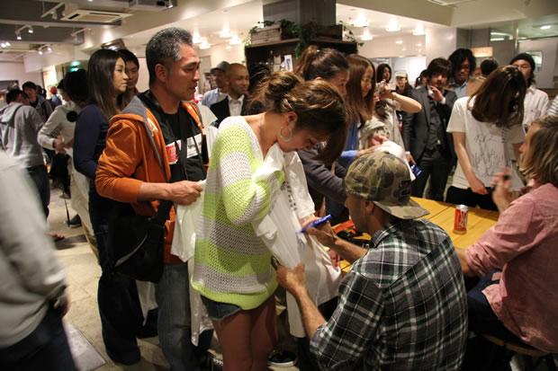 サイン会では、Tシャツにサインを求める女性も。