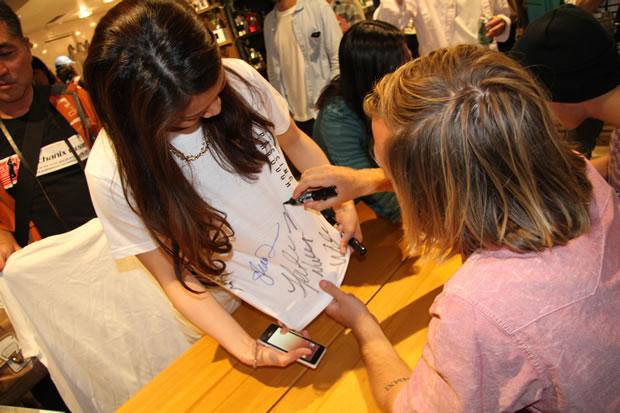 サイン会ではTシャツにサインを求める女性も出現!
