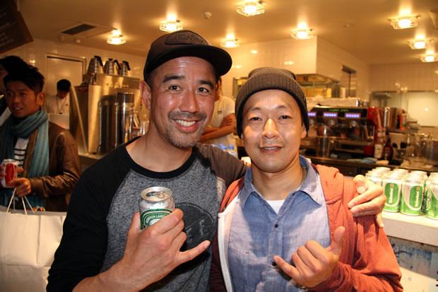 最近ではシェイパーとして腕を磨く佐藤和也プロも来場(写真右)
