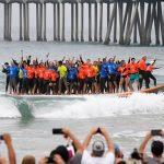 66人が42フィートの巨大サーフボードでサーフィン。カリフォルニアでギネス世界記録