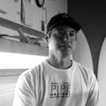 ジャック・ロビンソンのサーフボードを削る、シェイパーのエリック・アラカワ来日。