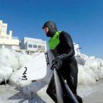 氷点下でのサーフィン。あなたはバレルのために完全防備で海に入りますか?