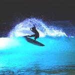 ウェイブガーデンがナイト・サーフィン実験。そのあまりに異次元空間的なアート映像