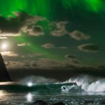 ミック・ファニングがオーロラが輝くノルウェーでサーフィンする貴重な映像が公開