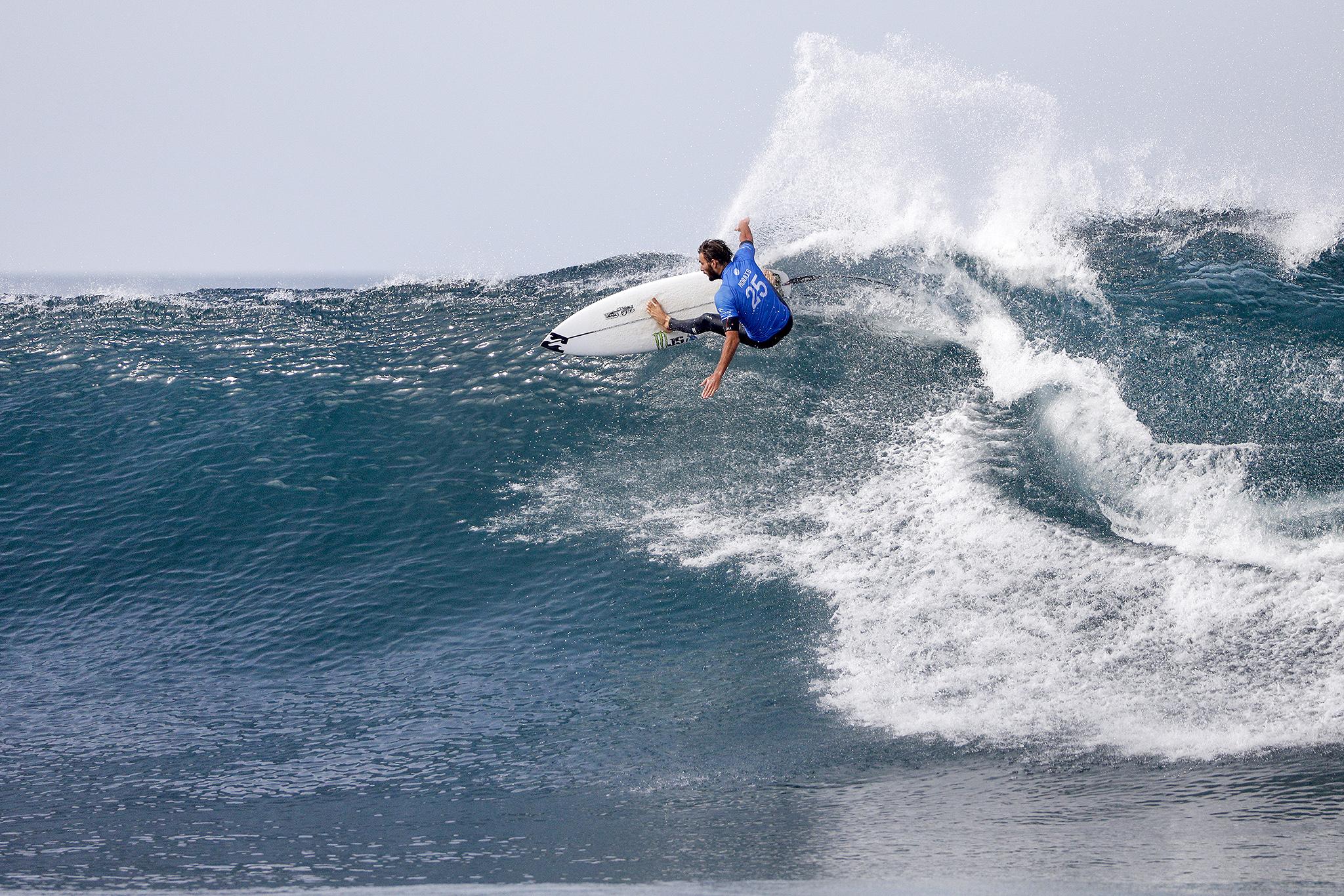 フレデリコ・モライス(PRT)がガブリエル・メディーナ(BRA)を破る。  PHOTO: © WSL / Barripp