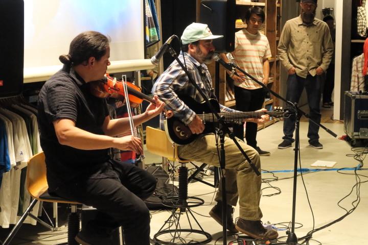 プレミア試写会では『FISHPEOPLE』の音楽も手掛けているトッド・ハニガンのライブも行われた。photo : Ri Ryo