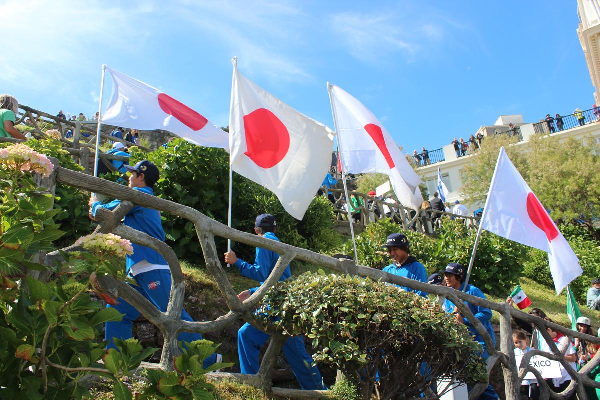 フランスの空に日本の国旗がはためく。
