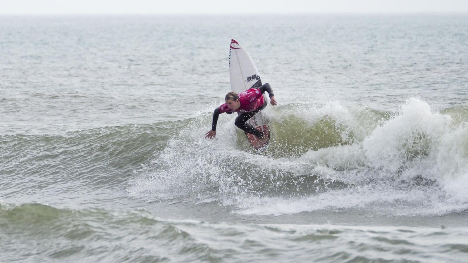 男子のラウンド1で圧倒的なサーフィンを見せたジェイコブ・ウィルコックス
