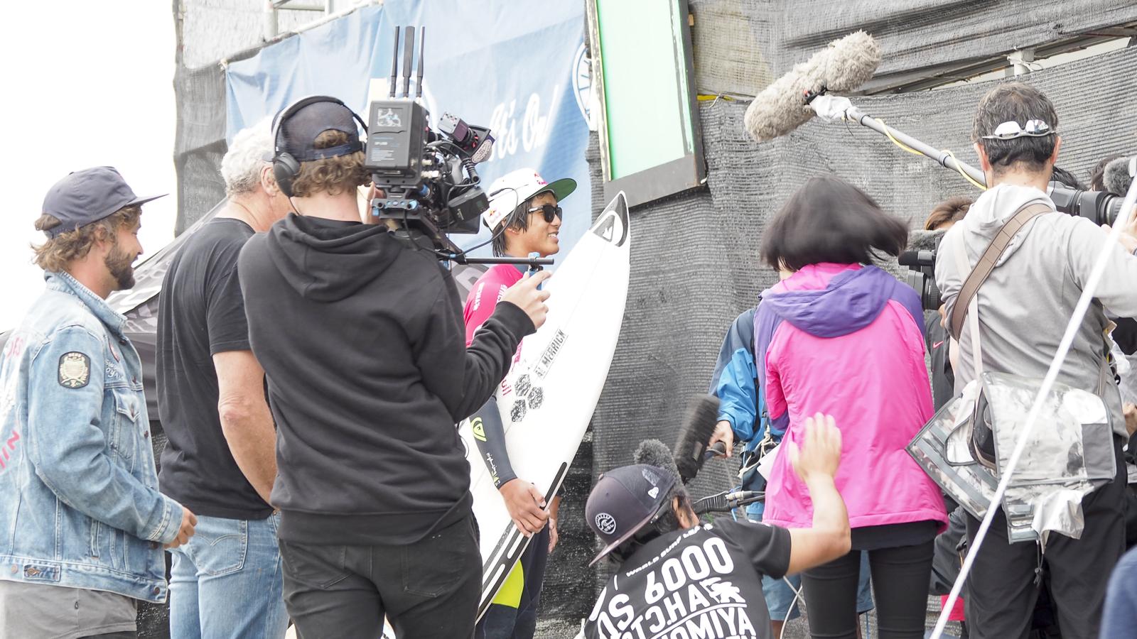 カノアが登場すると多くのメディアが彼を取り囲む。