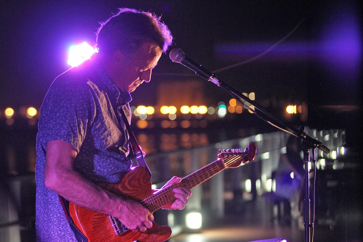 ギターの妙技も披露したトム・カレン