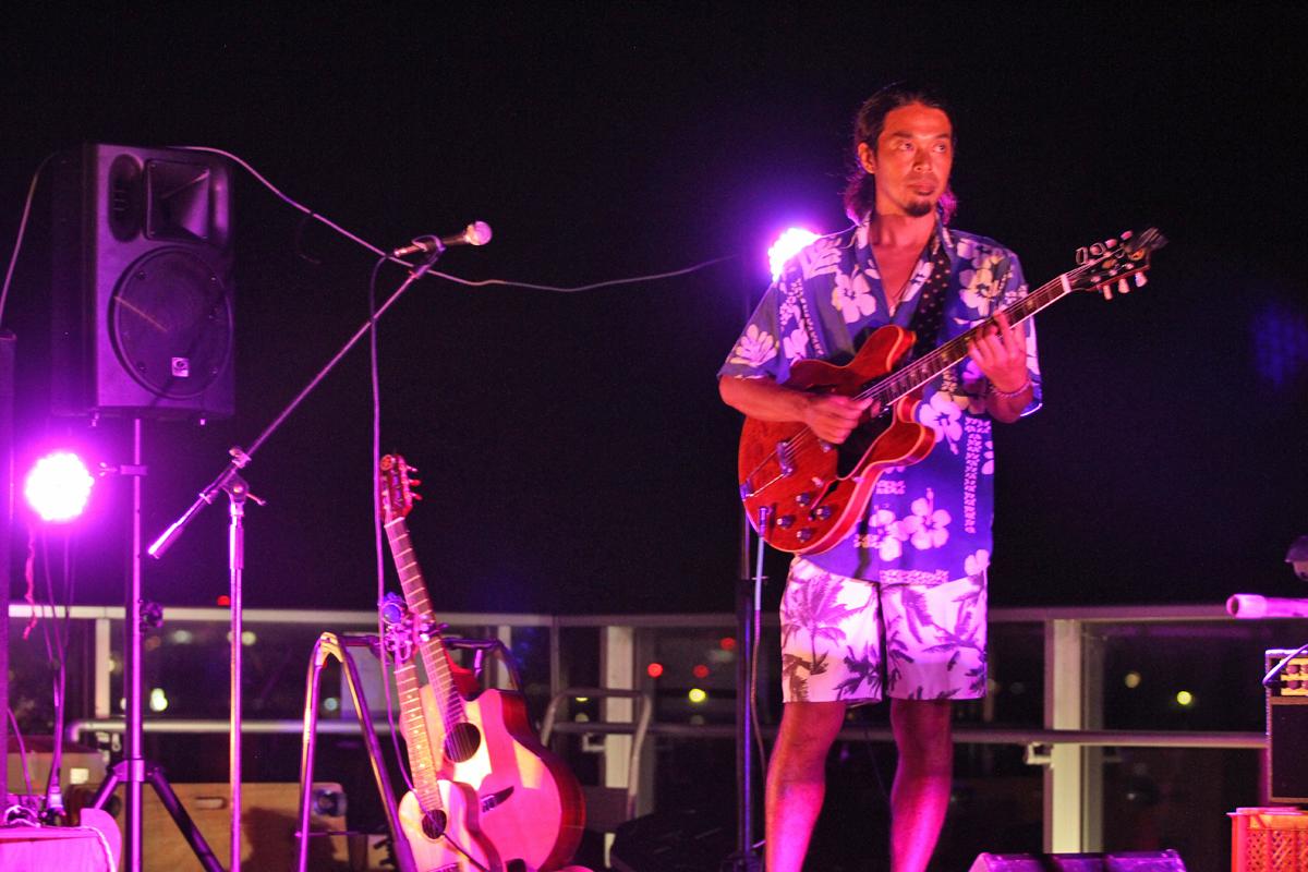 トムと親交深く、毎回日本ツアーで一緒のギタリスト、西藤ヒロノブもフィーチャー。