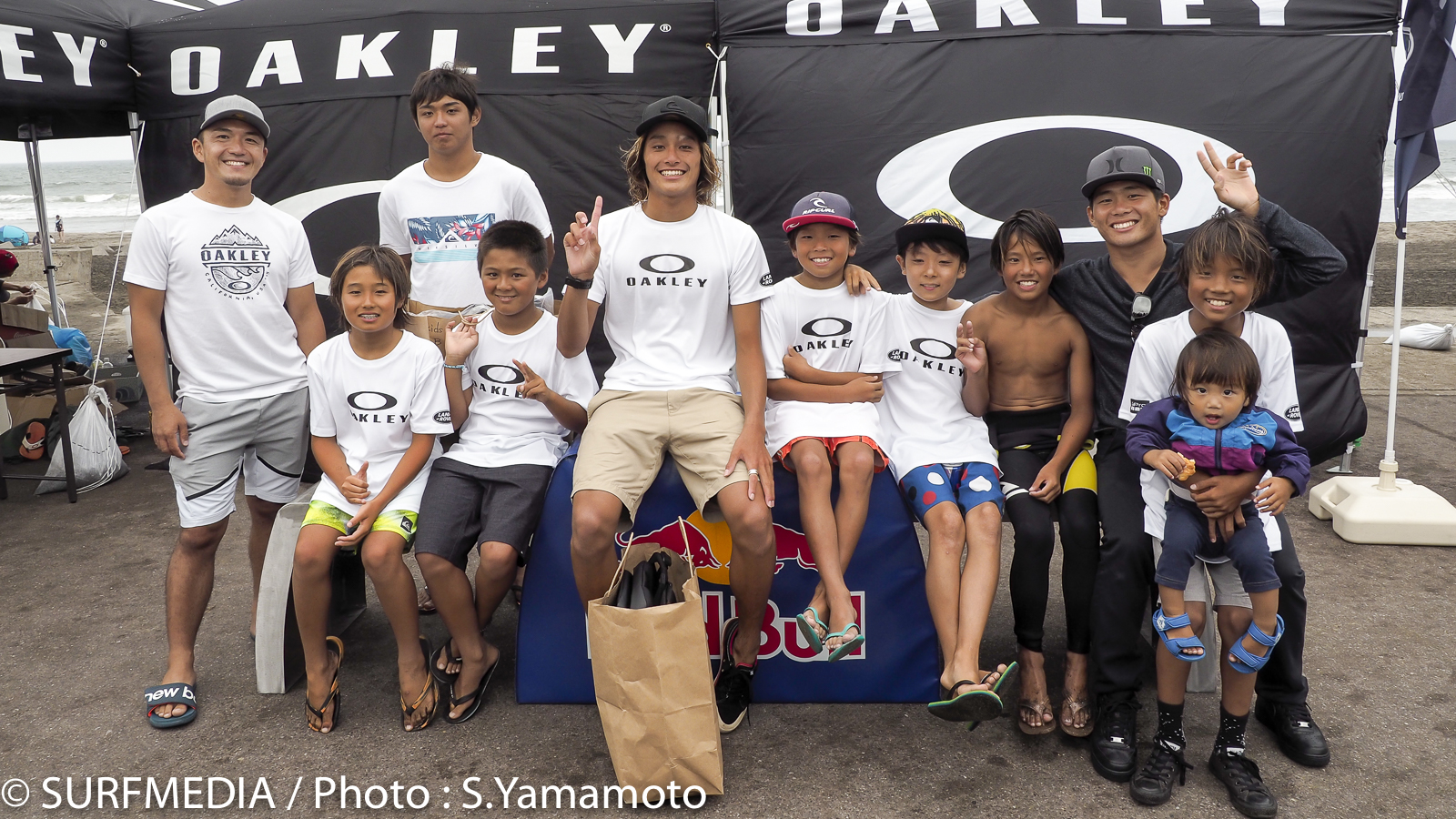 優勝した平原颯馬、大原洋人とキッズ達が記念撮影。