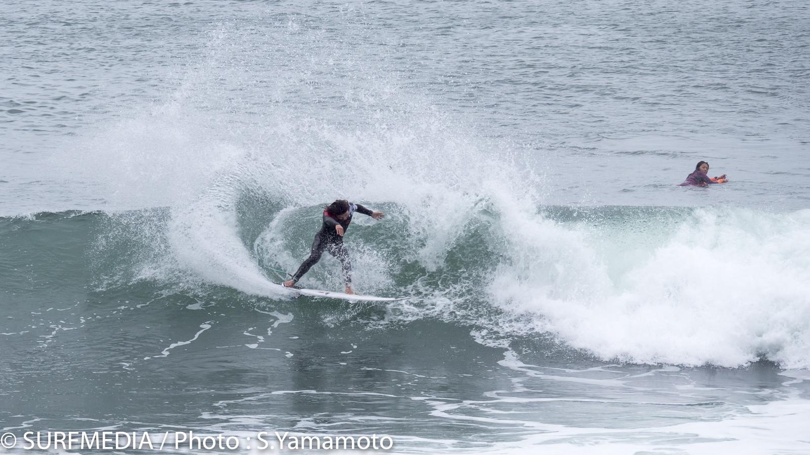 波を確かめるようにオンホールド中のマリブを刻む田中英義