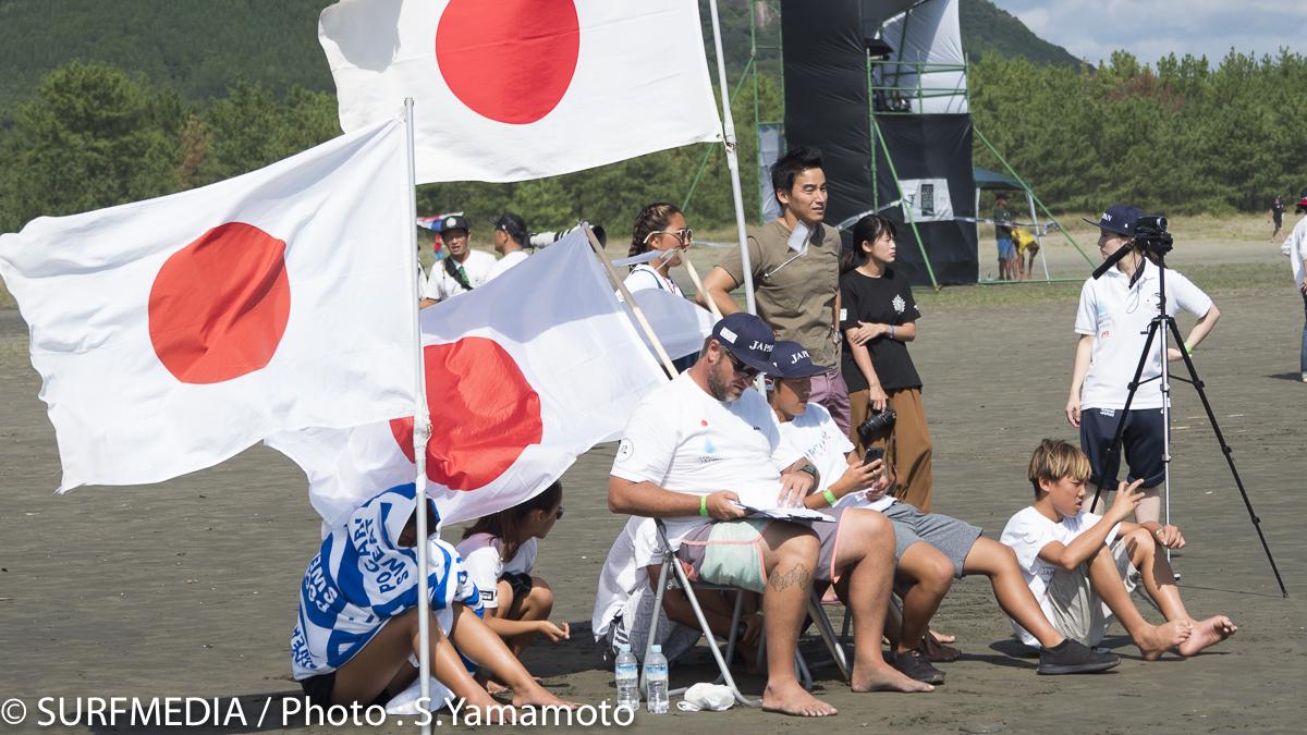 今大会アンバサダーのオリンピック競泳メダリスト松田丈志氏もビーチで応援