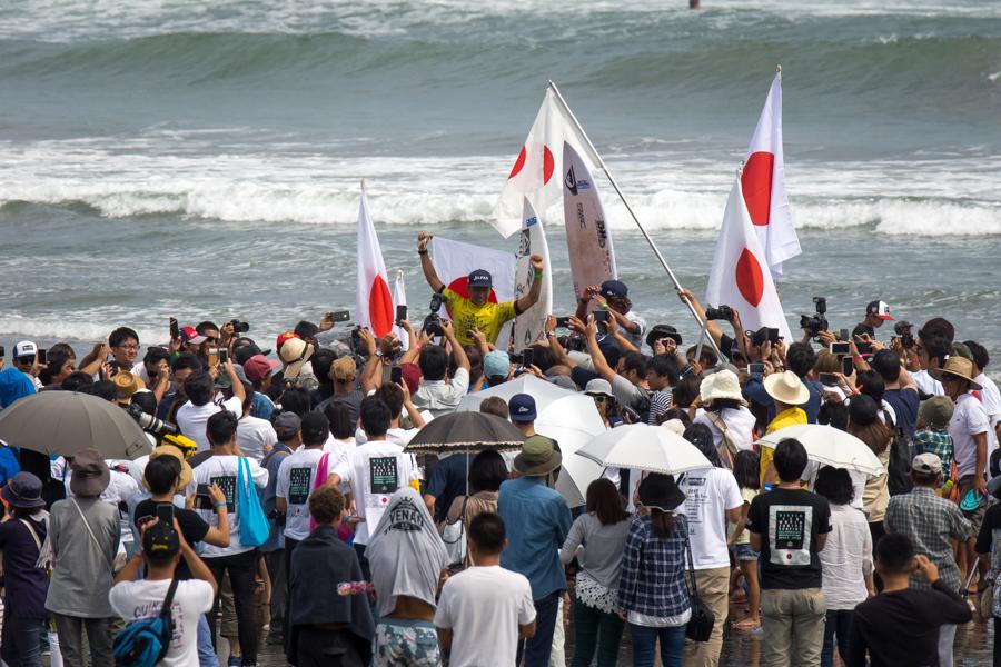 日本の勝利に沸いたお倉ヶ浜海岸 ISA Sean Evans