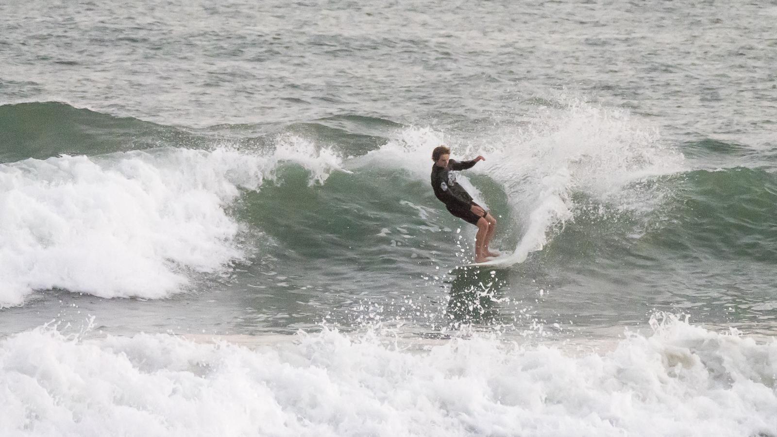 レイリー・ストーン。カリフォルニア在住サンタクルーズの15才。スタイリッシュなサーフィンを披露。