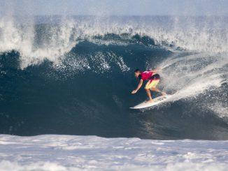 2015年のビッグウェイブ・ワールド・チャンピオンのマクアカイ・ロスマン(HAW)もラウンドアップ。WSL / Freesurf/Keoki