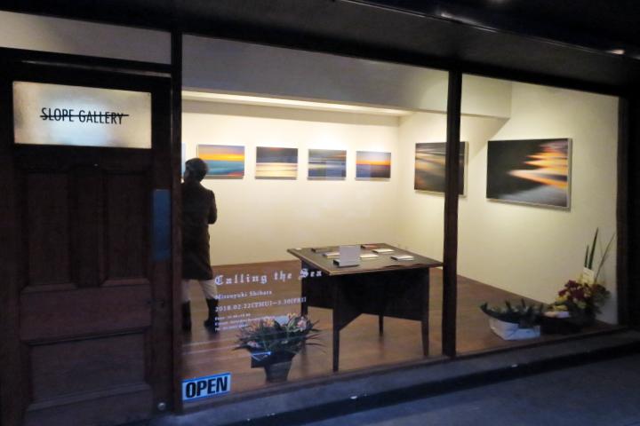 作品展はスロープ・ギャラリーで3月30日まで開催。