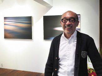 写真家・芝田満之氏。新刊写真集「Calling the Sea」のオリジナル写真をギャラリーで展示。