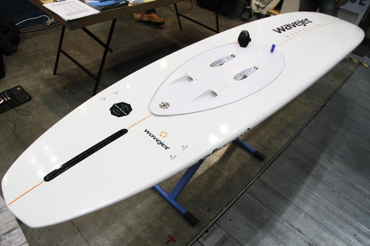 ついに日本上陸の「WAVE JET」。サーフボードのボトムに電動パワーユニットを装着。リストバンド式のスウィッチでオンオフ可能。