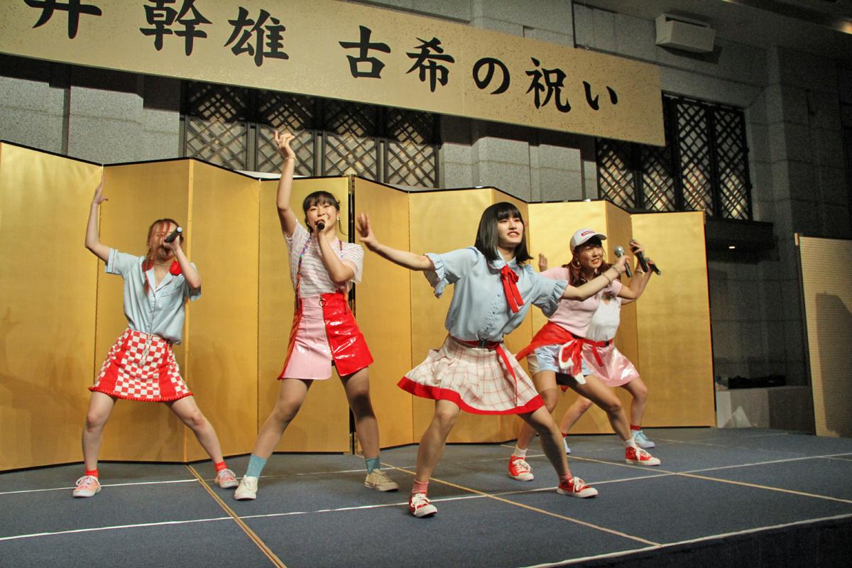 東京フラミンゴがライブパフォーマンスを披露。
