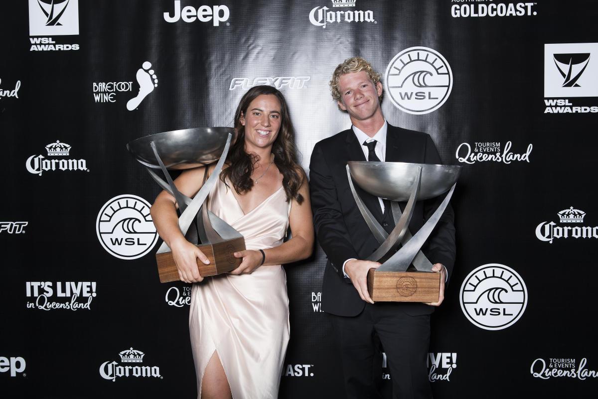 2年連続のWSLチャンピオン・タイラー・ライト(AUS)とジョン・ジョン・フローレンス(HAW)© WSL / Cestari