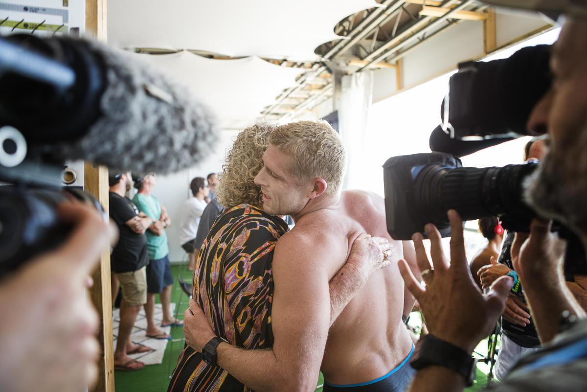 ホームでのヒートを終えて母と抱き合うファニングPHOTO: © WSL / Cestari