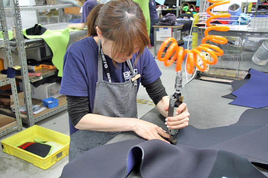 いつも笑顔の橋本さん。仕事の時は真剣に、一着一着を丁寧に仕上げていきます。