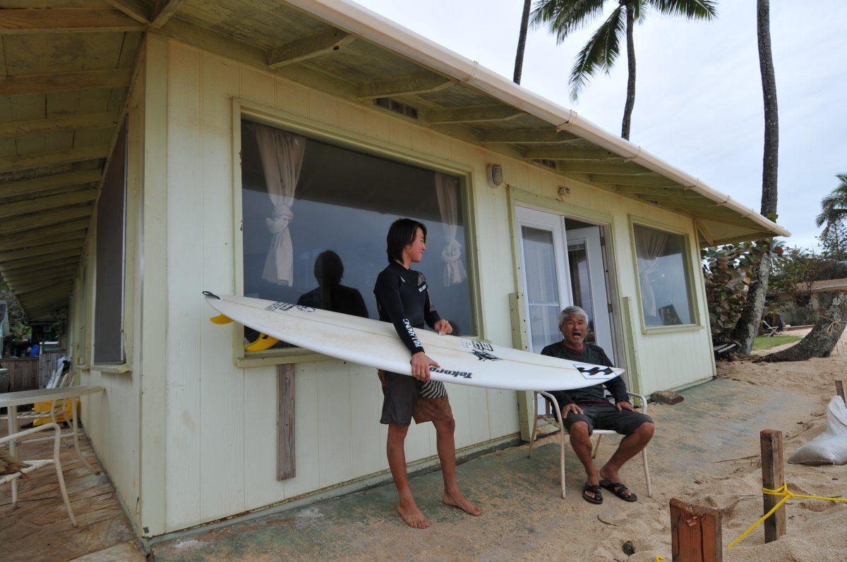 師匠でありスポンサーである日本のサーフィン界のレジェンドである添田博道氏の背中を見せ育ったカイ。