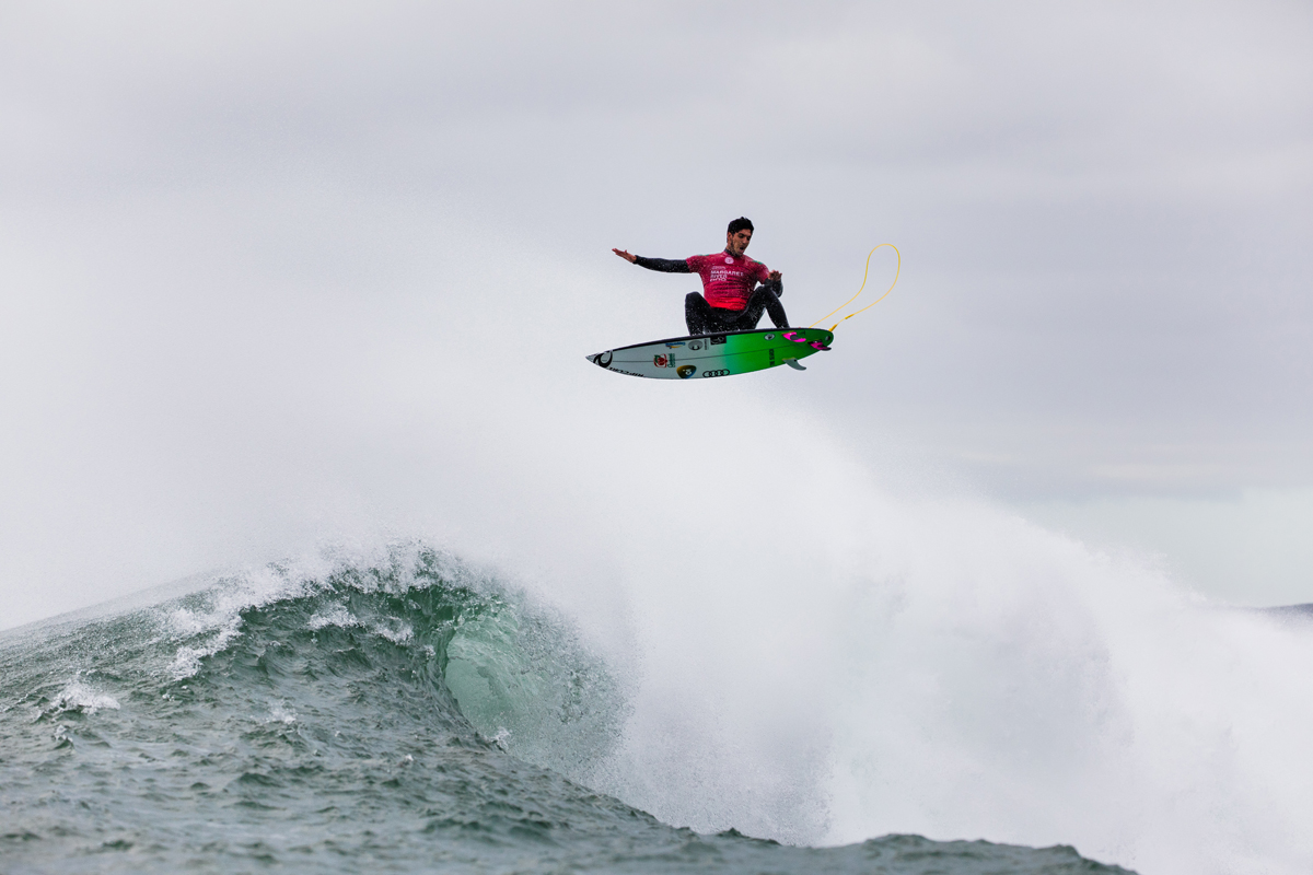 2014WSLチャンピオン・ガブリエル・メディーナ(BRA)は、1位でラウンドアップ。「本当にトリッキーで、良い波を見つけ出すのがハードです」と、メディーナは言った。