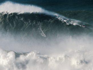 ロドリゴ・コウシャが世界記録を樹立したナザレの波。Caption: © Pedro Cruz