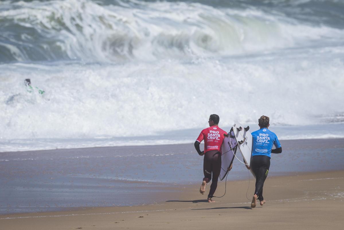 乗ってはビーチを走ってパドルアウトするハードなコンディション。WSL / Damien Poullenot
