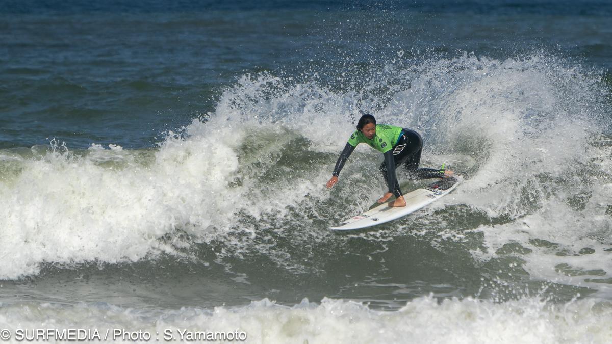 外国人選手顔負けのパワーサーフィンを見せた加藤里奈