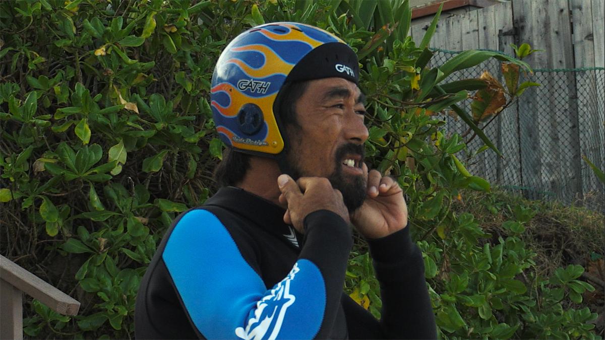 このヘルメットがなければ自分は生きていないと語る脇田。