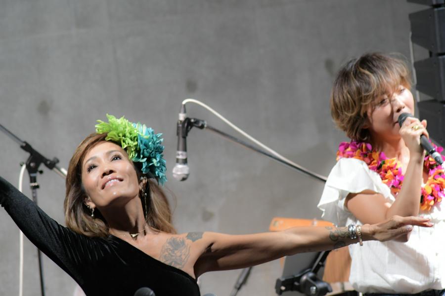 リサの歌に合わせてキャロル・ハルヨさんがフラの舞を披露