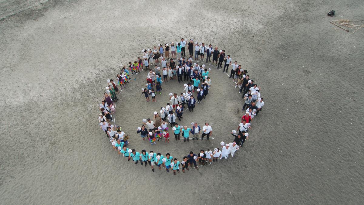 海岸で描く「2」の人文字提供:千葉県・一宮町