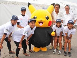 日本サーフィン連盟強化指定選手、一宮町長、宍戸開さんが波乗りピカチュウと記念撮影