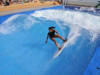 ハワイ仕込みのサーフィンを披露した前田マヒナ