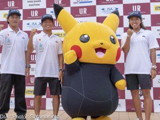日本代表選手の村上舜、大原洋人、川合美乃里と波乗りピカチュウ