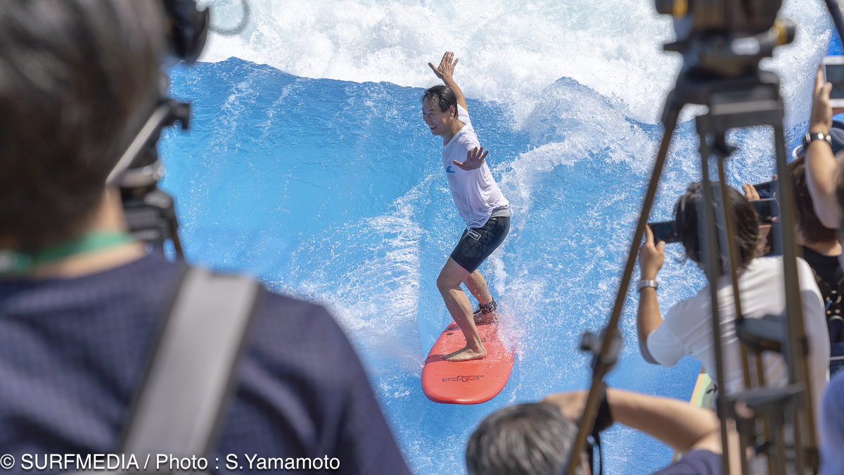 鈴木大地長官、東京五輪追加種目のサーフィンを体験
