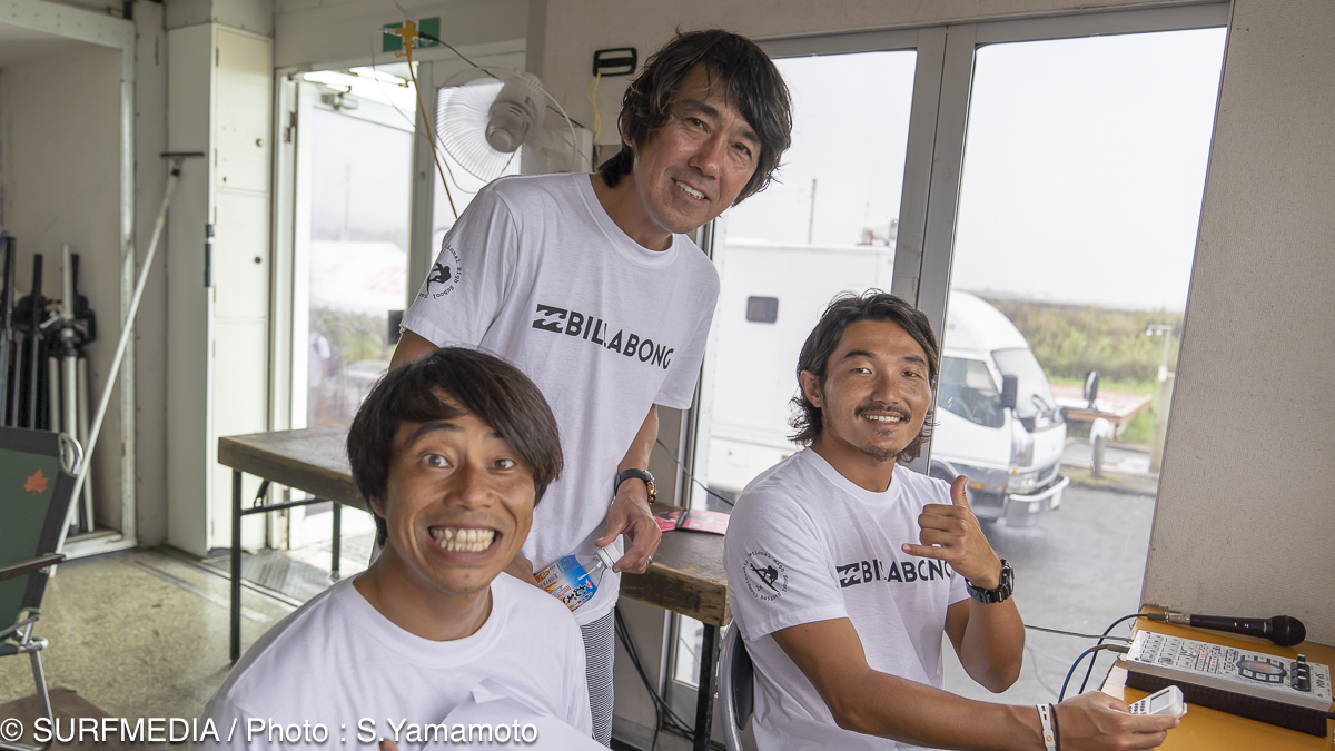 コンテスト・ディレクターの久我孝男、蛸優樹と田中英義ら地元一宮のプロサーファーがMCを務めた