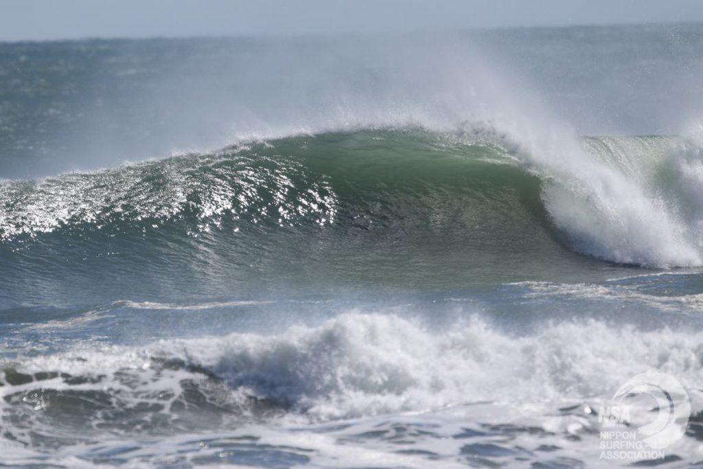 頭オーバーのパワフルな波が炸裂する木崎浜