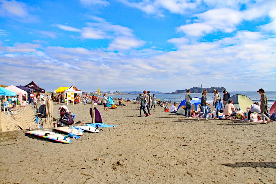それそれが海辺の休日を楽しむ1日