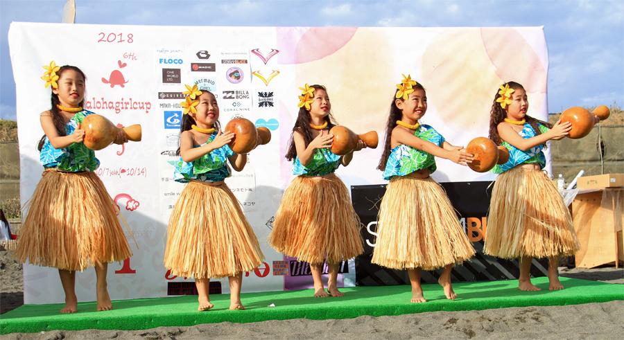 かわいいハワイアンダンサーたちが踊りを披露