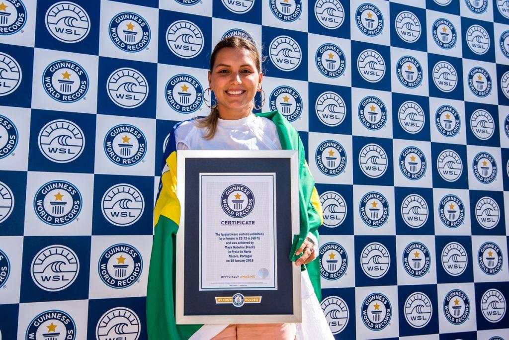 マヤ・ガベイラ(BRA)は、ギネス・ワールド・レコードの公式証明書を受け取った。© WSL / Pedro Mestre