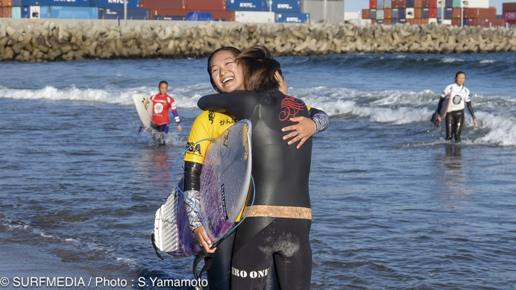 優勝が決まり姉と抱き合う麻衣子
