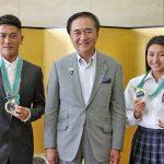 第1回ジャパンオープンオブサーフィンで優勝した村上舜と松田詩野が黒岩県知事を表敬訪問。